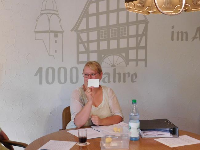 """Der mit Spannung erwartete Moment: Yamela Splinter zeigt den Zettel mit der Aufschrift """"Bürgerliste""""."""