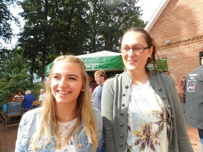 Laura (links) und Dragana sind zu Gastschwestern geworden und möchten als Botschafterinnen für mehr deutsch-serbische Jugendbegegnungen sorgen.
