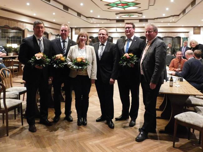Agnes Droste zeigte, dass sie eine starke Partnerin im Führungsteam der Samtgemeinde ist. Umgeben ist sie (von links) vom stellv. Bürgermeister Michael Johanning (CDU), Werner Lager (SPD), Samtgemeindebürgermeister Dr. Horst Baier, dem stellv. Bürgermeister Klaus Menke und dem stellv. Ratsvorsitzenden Detert Brummer-Bange (beide UWG Ankum).