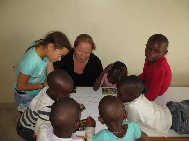 Die Kinder in Lenia erlebten viel Neues wir hier ein Tierlotto-Spiel. Aber auch die Besucher lernten dazu und konnten viele neue Eindrücke und Erfahrungen sammeln.