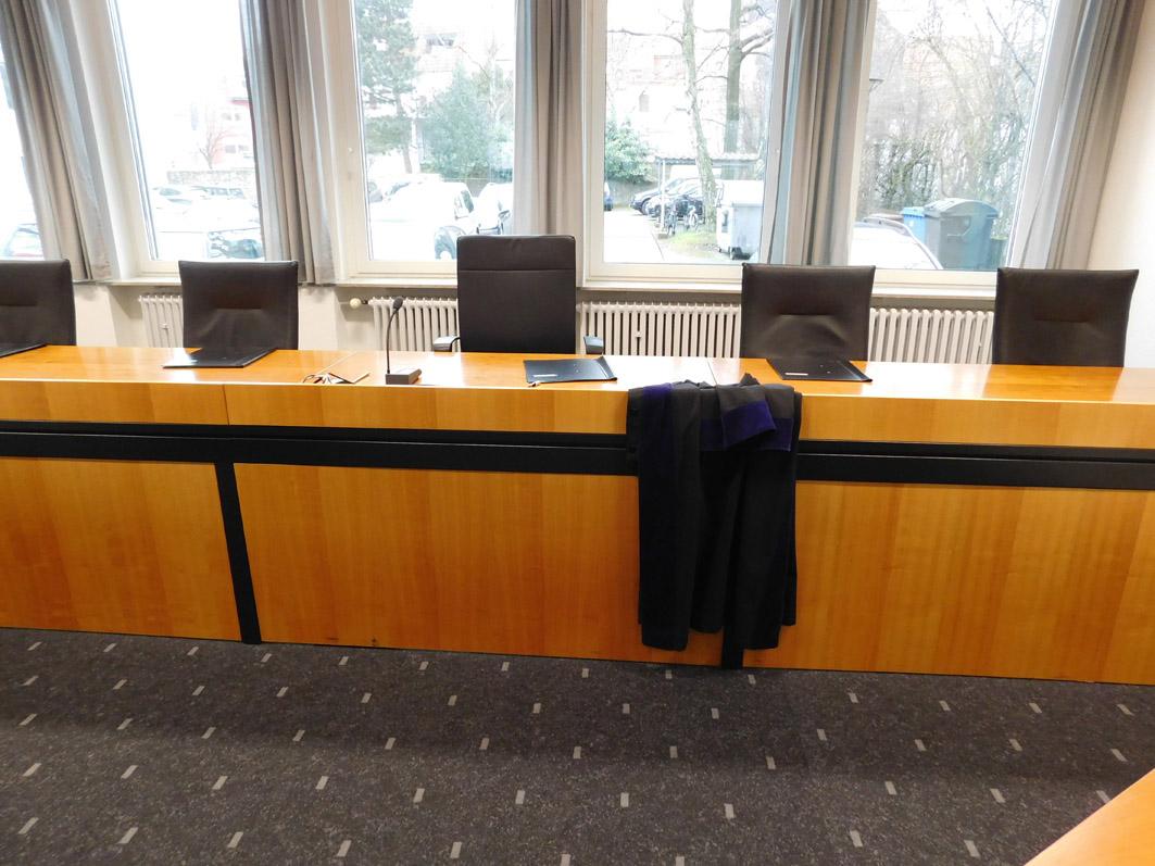 Ein Blick in einen Gerichtssaal des Verwaltungsgerichts Osnabrück. Als klartext zu einer Verhandlung kam, saß an diesem Tisch eine Einzelrichterin, deren Robe hier zu sehen ist.