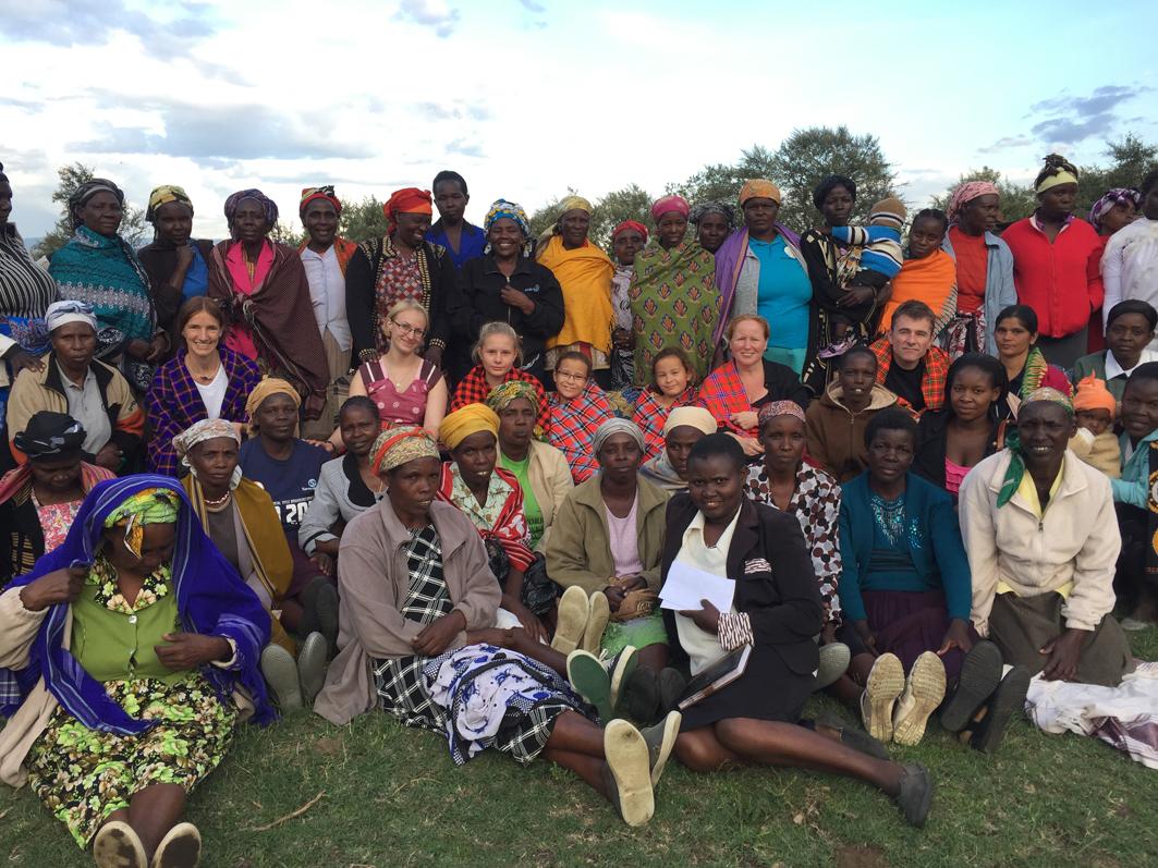 Die Besucher inmitten einer Frauengruppe mit geschenkten Masai-Tüchern.