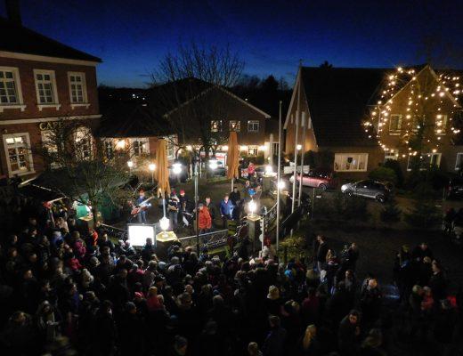 Der Höhepunkt: Dicht an dicht standen Groß und klein, als der Nikolaus seine Geschenke an die Kinder verteilte.