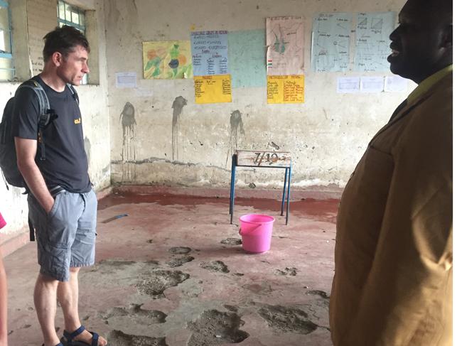 Eine der Erfahrungen, die viele Besucher in Kenia und anderen Ländern Afrikas machen: Egal, wie schlecht die räumlich Bedingungen sind: Der Lerneifer der Kinder ist bewundernswert.