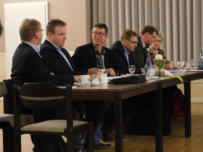 Von links: Die drei Mitglieder der SPD Fraktion. Daneben die Mitglieder ger Gruppe UWG/Grüne. Nicht mit im Bild: das Ratsmitglied der Grünen.
