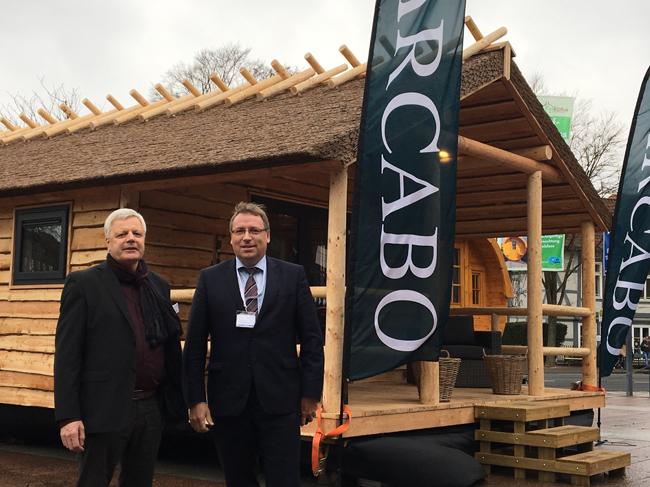 Die Geschäftsführer der Alfsee GmbH Dr. Horst Baier und Anton Harms freuten sich schon auf dem norddeutschen Campingtag in Celle über die Vorstellung der neuen Unterkunft. Foto: Alfsee GmbH.