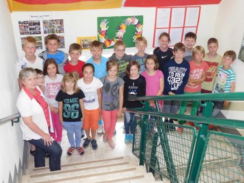 Mechtild Imwalle mit den 19 Polen-Reisenden aus den Klassen 4a und 4b.