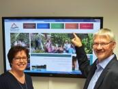 Ewald Beelmann und Christiane Wurst finden die neue Internetseite der Tourist Information attraktiv und einladend. Foto Samtgemeinde.