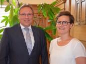 Samtgemeindebürgermeister Horst Baier begrüßt Maike Korfage als neue Mitarbeiterin für Flüchtlingsfragen. Foto Samtgemeinde.