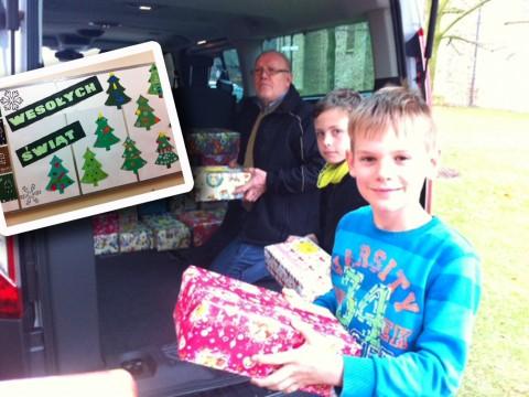 Viertklässler der Grundschule Gehrde beladen das Auto für den Transport nach Polen.