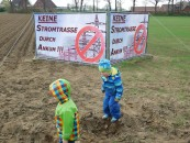 In der Samtgemeinde machen mehrere Initiativen gegen eine geplante Stromtrasse mobil. Sie trommeln, wie hier in Ankum, auch mit Großplakaten für ihr Anliegen.