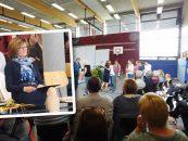 Rektorin Elisabeth Middelschulte, Rektorin der Verlässlichen Grundschule (VGS) Gehrde, bekam zur Verabschiedung in den Ruhestand als Geschenk ein wunderbares Fest – und viele Umarmungen und Geschenke.