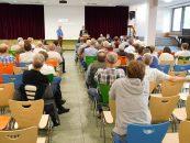 Die 380kv-Leitung von Conneforde nach Merzen war das Thema einer Veranstaltung der Gemeinde Ankum am 31. Mai in der Aula der Grundschule. Moderiert wurde sie von Gerd Holzgräfe (links). Neben ihm am Rednerpult: Bernhard Heidrich vom Amt für regionale Landesentwicklung Weser Ems.