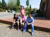 Drei aus der jungen Libanesen aus der Männer-WG – Ilie (links), Noor (rechts) und Mahmud – mit der ehrenamtlichen Betreuerin Elisabeth.